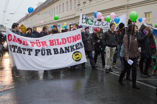 AktivistInnen des Aktionsbündnisses gegen Studiengebühren (ABS) und Studierende der Internationalen Entwicklung (IE) auf der Demonstration gegen die Abschaffung des IE-Bachelors am 15. Dezember 2011