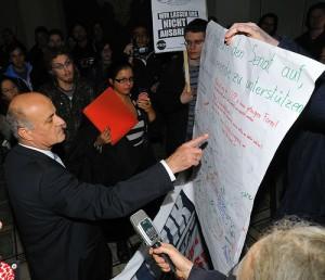 AktivistInnen bei der Übergabe der Protestnote an Vizerektor Karl Schwaha